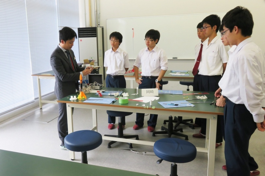 ロケット講習を受講する生徒たち